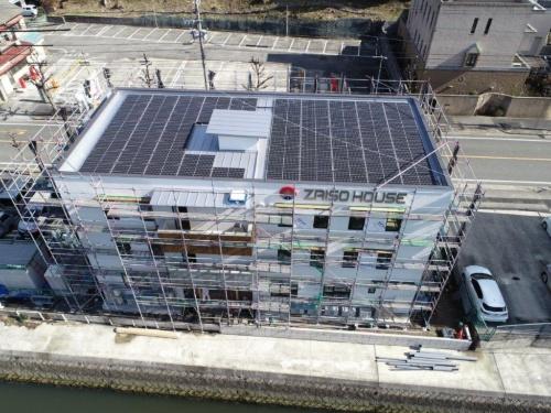 建設中のザイソウ正木ビル。屋根全面に23.7kWの太陽光発電パネルを並べた(写真:材惣DMBホールディングス)