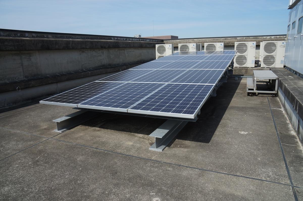 屋上に設けた太陽光発電設備。屋上に余剰スペースがあったため設置できた(写真:守山 久子)