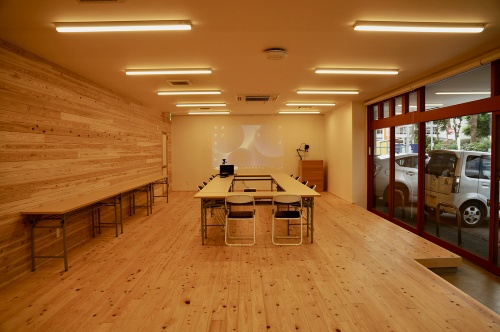 1階の多目的スペース。壁と床はムクの木材で仕上げた(写真:守山 久子)