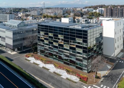 外観全景。屋上のほか、南東西を中心とする外壁に太陽光発電パネルを設置している(写真:大成建設)