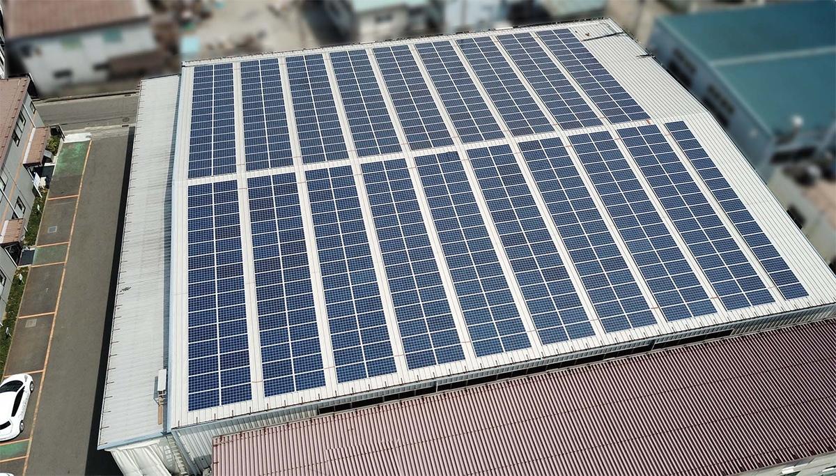 YAMABISHI海老名工場の屋根上に設置した太陽光発電パネル(写真:YAMABISHI)
