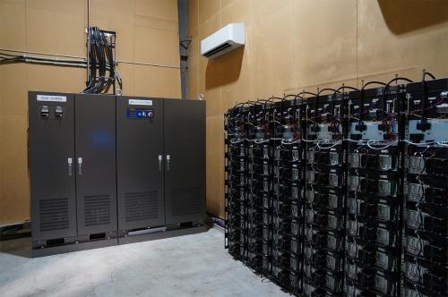 工場内の一画に設置した蓄電システム(写真:守山 久子)