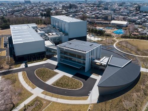 北西側から見下ろす「ICI総合センターICIラボ」の全景。中央がエクスチェンジ棟(写真:前田建設工業)
