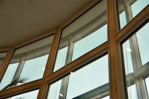 吹き抜け空間の内窓を見上げる。既存サッシとの間にハニカム断熱ブラインドを組み込んだ(写真:守山 久子)