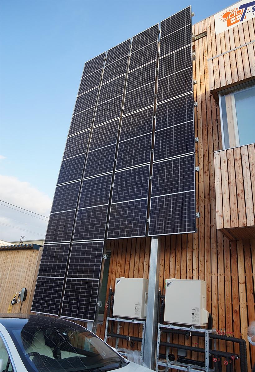 西側の外壁に設置した約6kWの太陽光発電パネル。屋上には約17kWを搭載している。トリナ・ソーラー・ジャパンの製品を使用(写真:守山 久子)