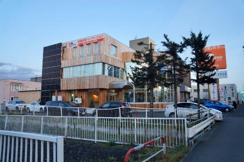 棟晶の新社屋。築30年の建物を改修し、1次エネルギー消費量が正味ゼロまたはマイナスになるZEBとした(写真:守山 久子)