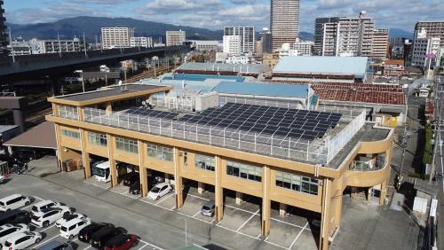 久留米市環境部庁舎の外観。屋上に52.1kWの太陽光発電設備を並べている(写真:久留米市)