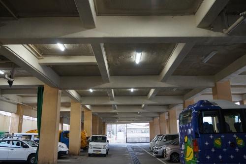1階のピロティー。天井にウレタンフォームを吹き付け、2階床の断熱性を高めた(写真:守山 久子)