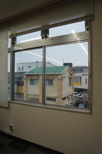 開口部まわり。既存のアルミサッシはそのままに、単板ガラスからLow-E真空ガラスに置き換えた。真空ガラスは2枚のガラス間に0.2mm厚さの真空層を有し、高い断熱性を備える(写真:守山 久子)