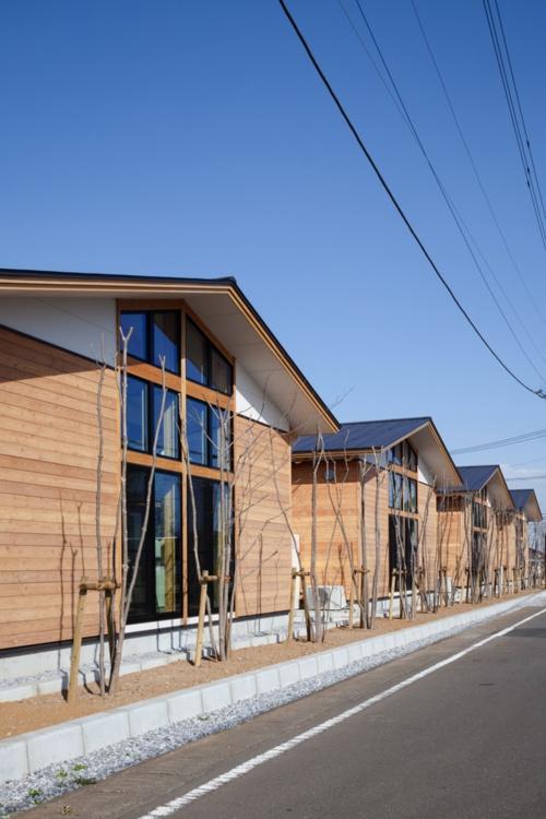 切り妻屋根が並ぶ校舎棟南側外観(写真:吉田 誠)