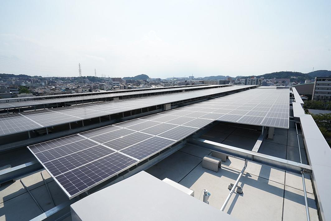 屋上に並べた太陽光発電パネル(写真:三菱電機)