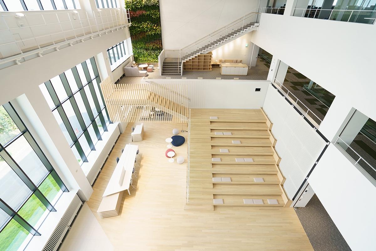 吹き抜けまわりの階段。館内の主要な縦動線として機能する(写真:三菱電機)