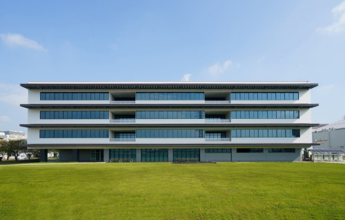 ZEB関連技術実証棟「SUSTIE」の南外観。三菱電機情報技術総合研究所の敷地内の街区形状に合わせ、やや西側に振れた南向きに長方形平面の建物を配置している(写真:三菱電機)