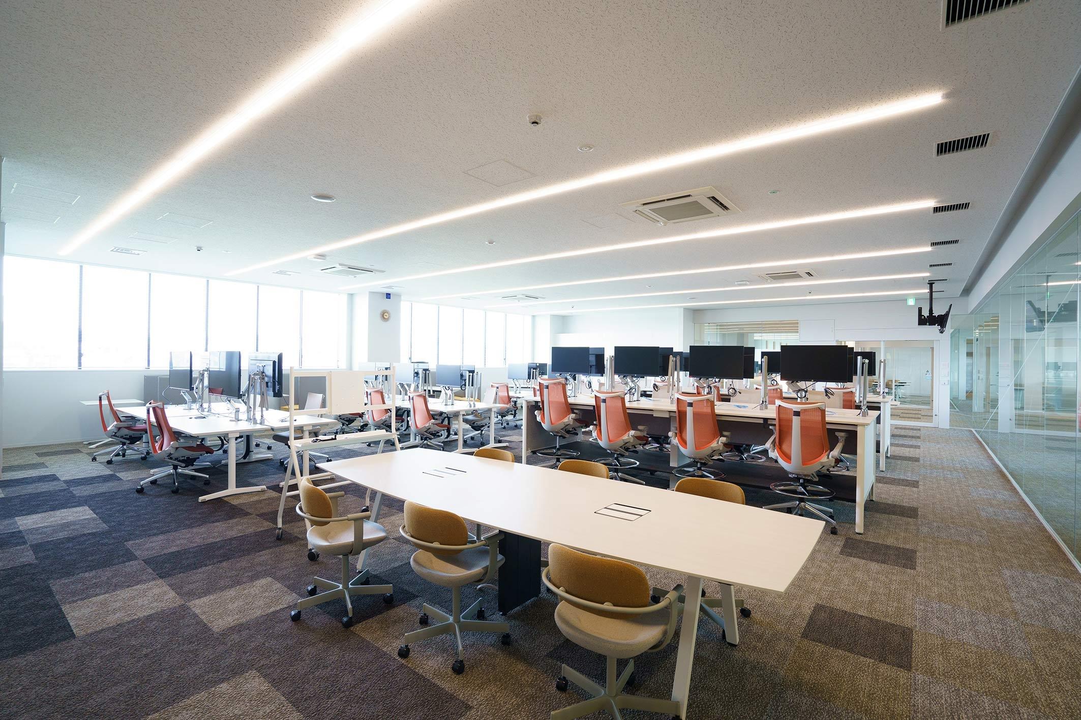 ブラウン系でまとめた2階の実証室。「対話」をテーマにデスクを構成している(写真:三菱電機)