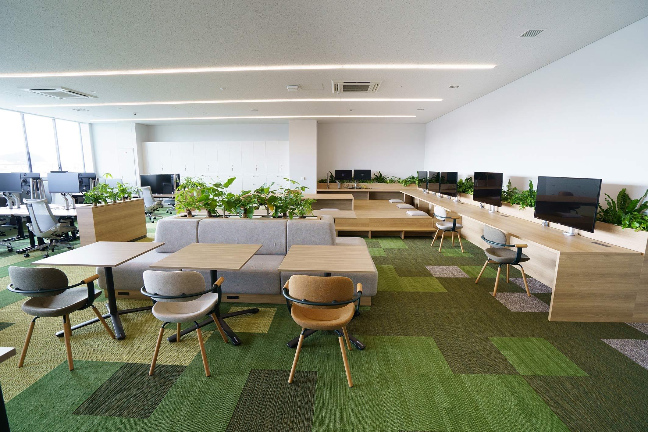 グリーン系の内装と植栽を施した3階の実証室。「リラックス」がテーマ(写真:三菱電機)