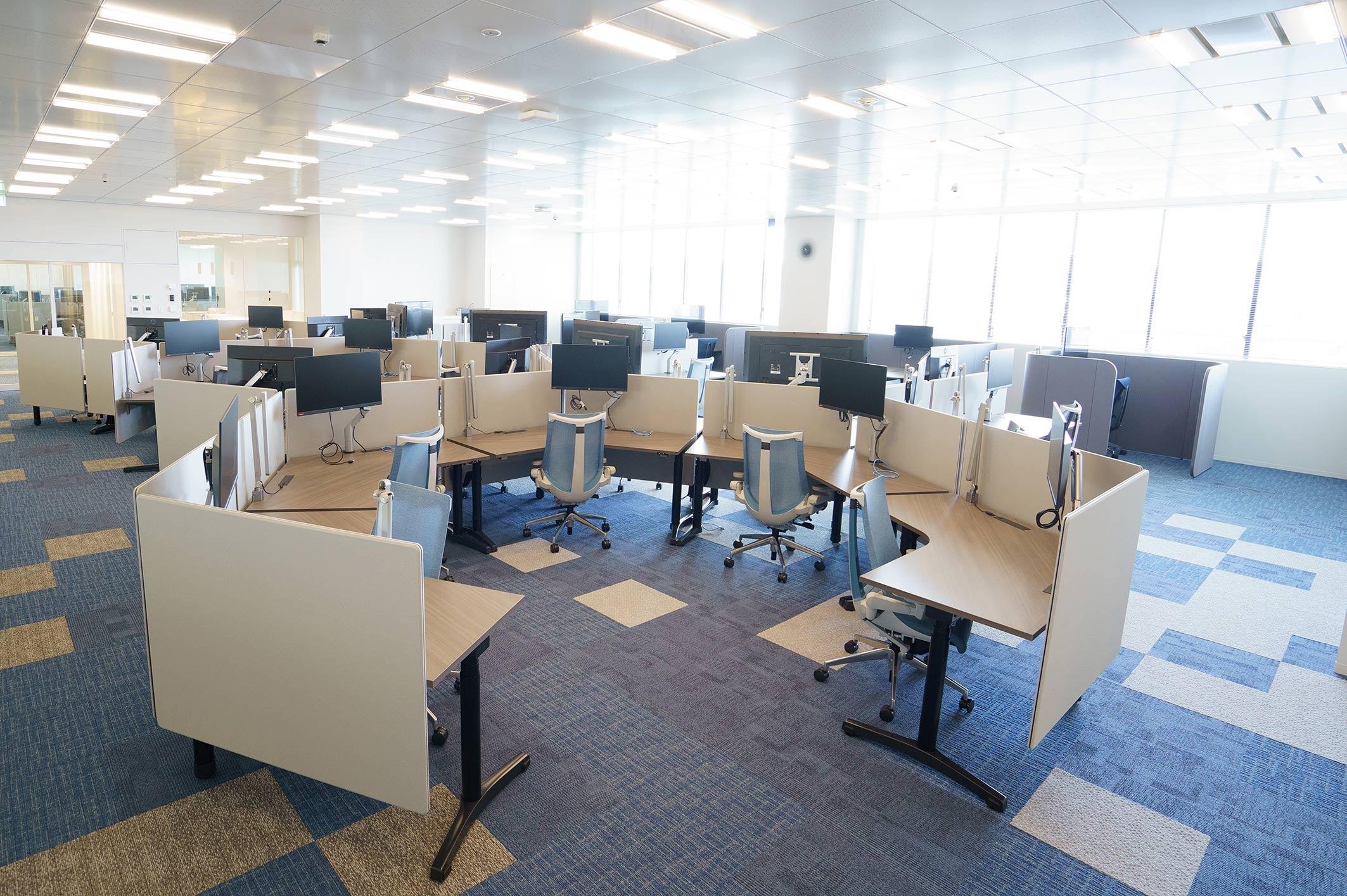 ブルー系の5階実証室。「集中」できる個人作業デスクを配した(写真:三菱電機)