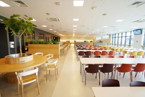 1階のカフェテリア(写真:三菱電機)