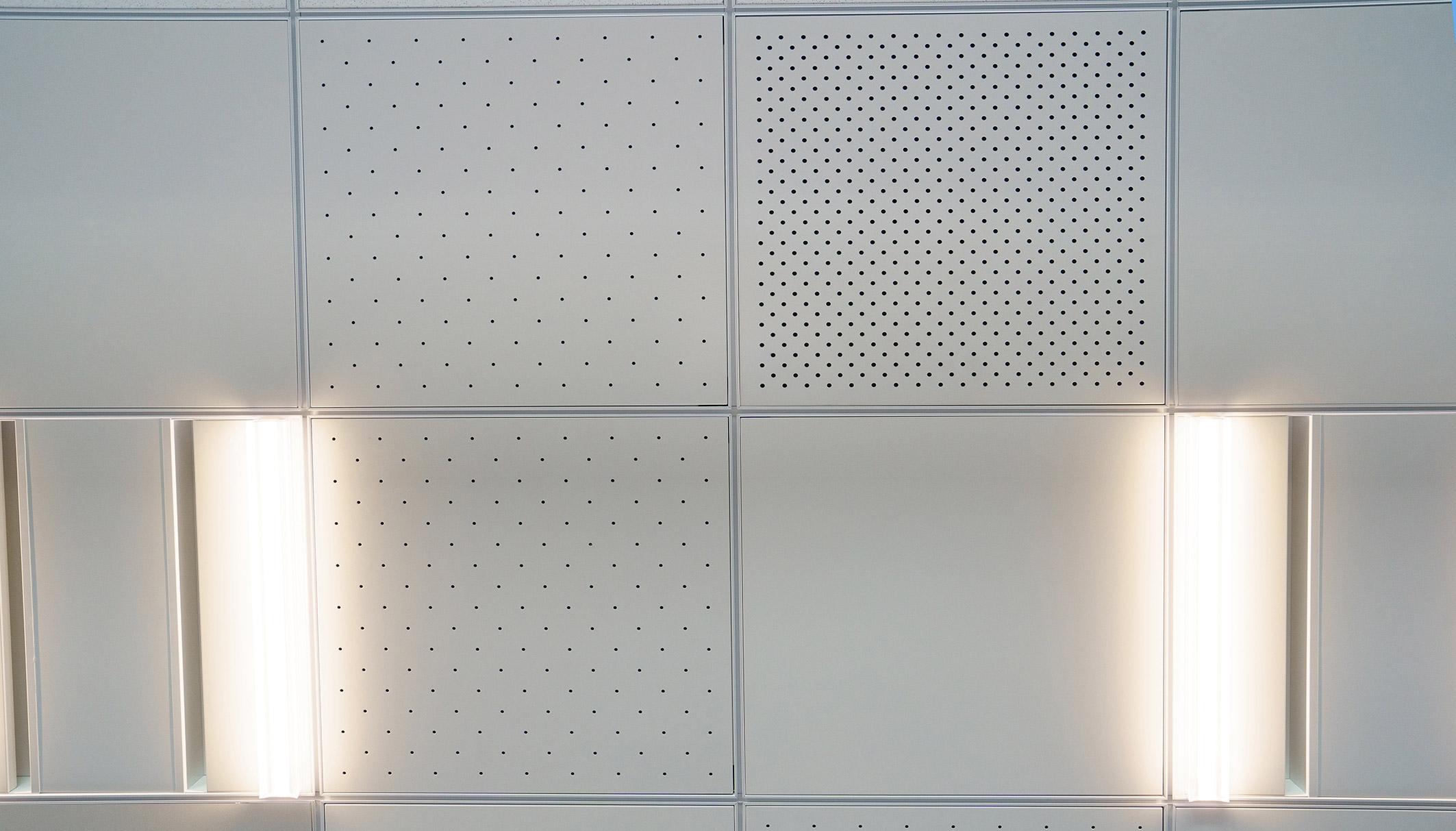 4階の実証室に取り入れた天井の放射パネル。パネルに小さな穴を設け、パネル背後の冷暖房された空気が室内ににじみ出るようにしている(写真:三菱電機)