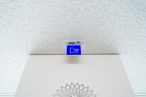 手動開閉のサイン。窓を開けられる状態になると青く点灯する(写真:三菱電機)