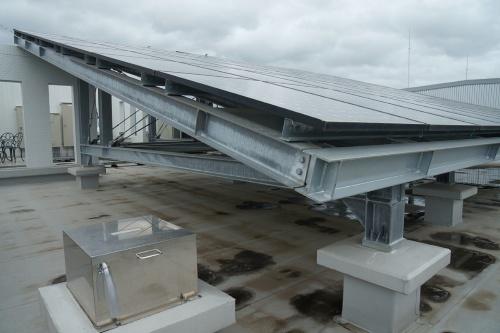 屋上に設置した太陽光発電設備。がっちりと組んだ鉄骨の架台の上に総面積167m<sup>2</sup>となるパネルを並べた(写真:守山 久子)