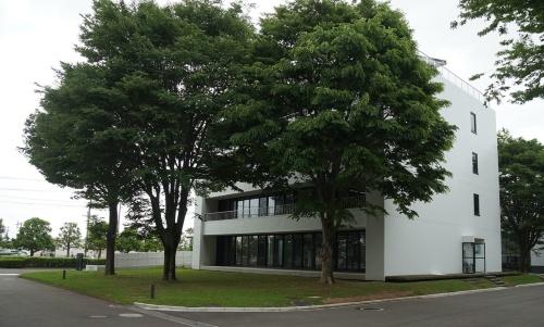 奥村組技術研究所の管理棟。Nearly ZEBの性能を持つ建物に改修した(写真:守山 久子)
