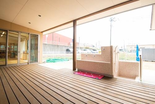 保育室に続く半屋外のウッドデッキ(写真:エコワークス)