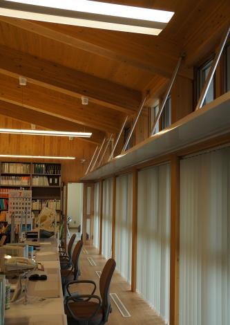 執務室の窓まわり。開口の上部にライトシェルフを配置した。床に空調の吹き出し口が見える(写真:守山 久子)