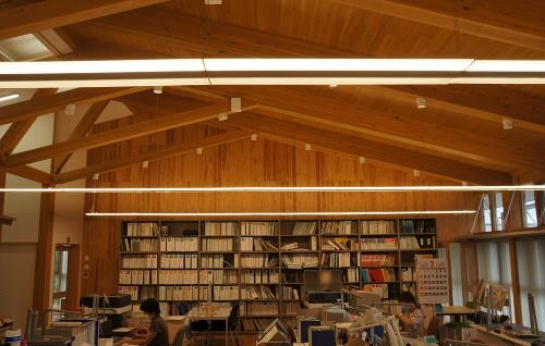 執務室。天井の野地板と正面の間仕切り壁にCLTを用いた(写真:守山 久子)