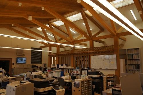 2階執務室。木の構造体を露出させている(写真:守山 久子)