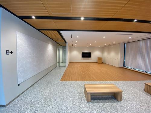 1階のエントランスホールとその先に続く大会議室(写真:熊谷組)
