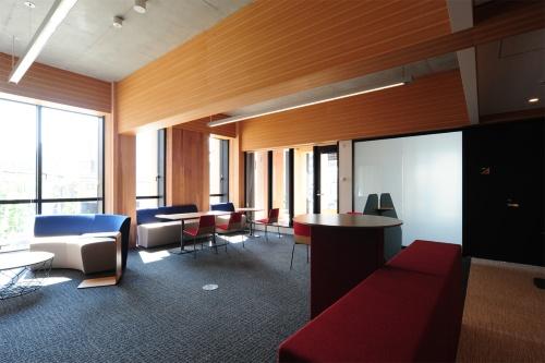 2階の打ち合わせスペース(写真:熊谷組)