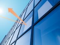 イメージ図。窓に当たった熱線を空に向けて反射する(資料:エービーシー商会)