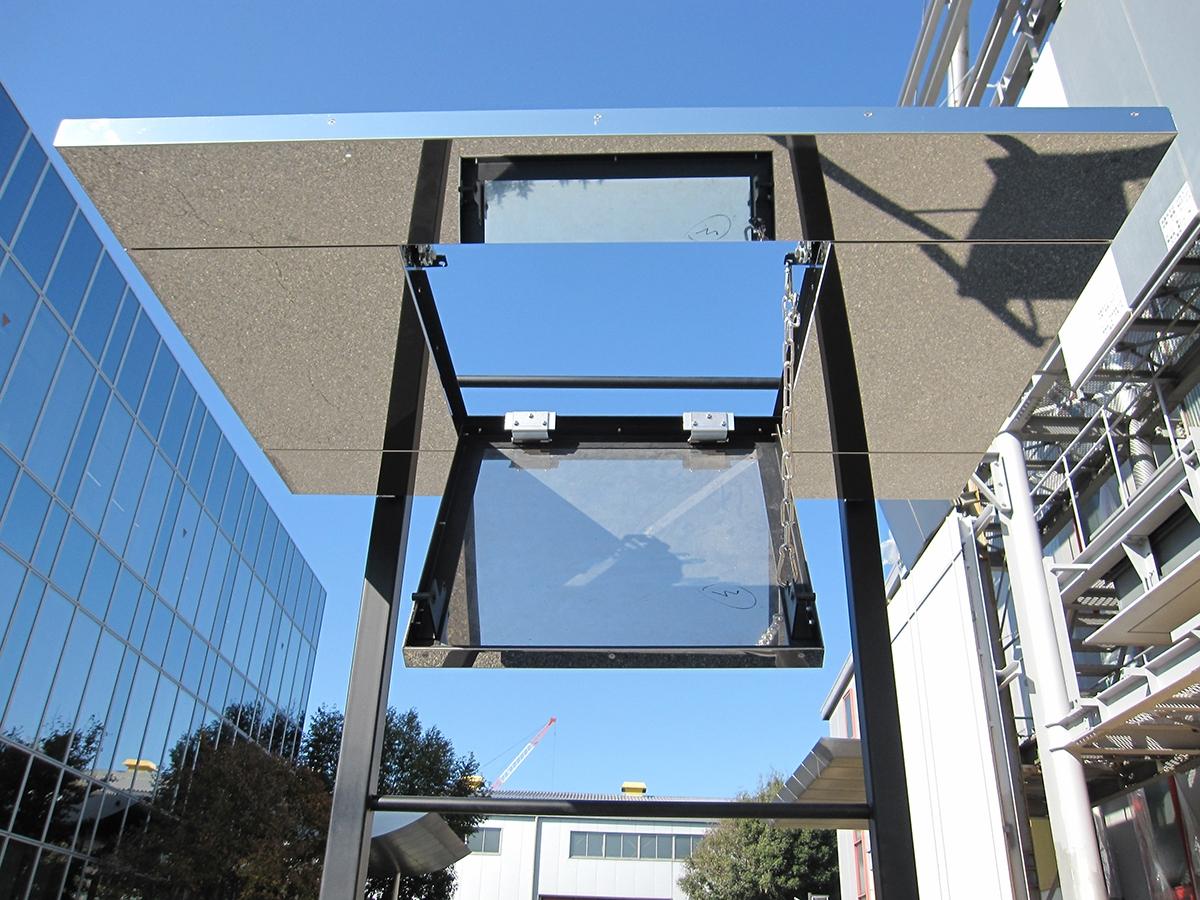 開いた状態の「みえない点検口天井システム」(資料:菊川工業)
