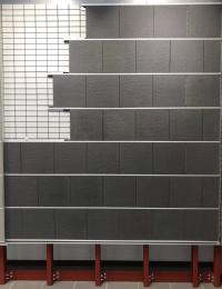 アルミレールの溝にタイルをけんどん式で取り付ける「レミュール」(資料:ツヅキ)