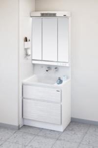 洗面ルームヒーターをミラーの上に設置した例(資料:タカラスタンダード)