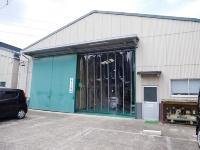 「MAGLEN」を工場の出入り口に設置した例(資料:日本ポリマー)