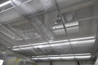 パネルは簡単に取り外せるので、天井内設備のメンテナンスがしやすい(資料:菊川工業)