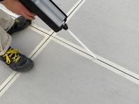 専用カートリッジガンで目地を充填している様子(資料:アイカ工業)