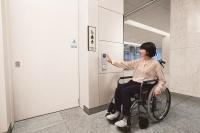 ボタンに手をかざせば、ドアが自動で開閉する(資料:ナブテスコ)