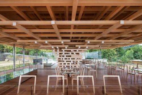 2017年9月に静岡県熱海市内に完成したカフェ「COEDA HOUSE(コエダハウス)」。隈研吾氏が設計を手掛けた(撮影:川澄・小林研二写真事務所)