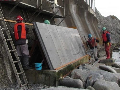 図6 北海道の「黄金道路」の海岸擁壁に設置した、圧縮強度300N/mm2以上の無孔性コンクリート。激しい波が運んできた岩の衝撃や磨耗で劣化し、凍結も重なるなど複合的な要因で損傷が激しかった場所だ。長期間の供用が期待できるので採用された(出所:宮坂建設工業)