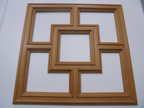 木の風合いの壁材を組み合わせてデザインした枠。木から加工したように見える。