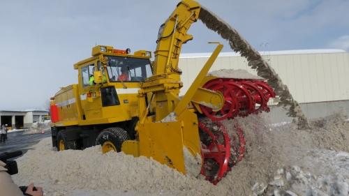 東日本高速道路会社が、準天頂衛星を用いた運転支援システムの導入を図った除雪車。将来の完全自動運転を見据えた開発を進めている(撮影:東日本高速道路会社)