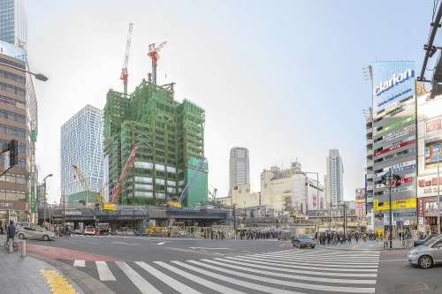 宮益坂下交差点の前から、渋谷スクランブルスクエア(右手前)および渋谷ストリーム(奥)などの方向を見る。1年前の前回版「東京大改造マップ」時点では渋谷スクランブルスクエアは地下部分の工事の最中だった。また、その名称は17年8月に発表されたものだ(旧呼称は「渋谷駅街区開発計画」)(写真:大山顕)