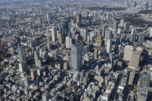 虎ノ門エリアの東側上空からの空撮。中央に写っているのが虎ノ門ヒルズ 森タワー。周囲には、クレーンの並ぶ工事現場が点在する(撮影:川澄・小林研二写真事務所)