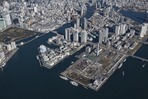 築地エリア(写真左奥)から晴海エリアにかけての空撮。右手前が東京五輪選手村の建設現場だ(撮影:川澄・小林研二写真事務所)