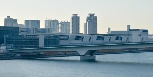 晴海大橋から見た環状2号豊洲大橋と豊洲新市場(撮影:日経コンストラクション)