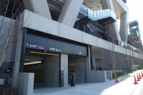 線路をまたいだ西側からビルの足元を見る。西武線の線路はコンクリート梁の上のレベルにある(写真:日経アーキテクチュア)