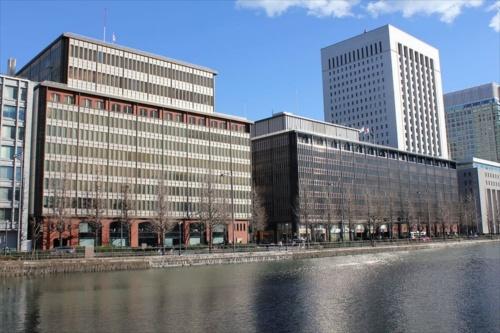 建て替え前。谷口吉郎が設計した2棟が日比谷通りに並んで立っていた。奥の国際ビル(1966年竣工、帝国劇場などが入る)は今も健在(写真:日経アーキテクチュア)