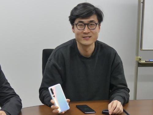 シャオミで東アジア事業を統括するSteven Wang氏(同社 Global Department General Mnager、East Asia Region)。同氏が持っているのが日本で発売したスマホ「Xiaomi Mi Note 10」(写真:日経クロステック、以下同)